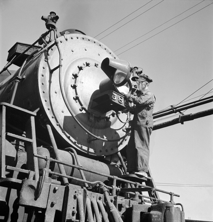 Cleaning the Headlight, ATSF #3891